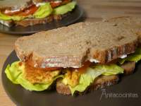 Sandwich gourmet de pollo al curry
