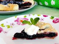 Galette with cherry pie filling (Tarta rústica de cerezas)